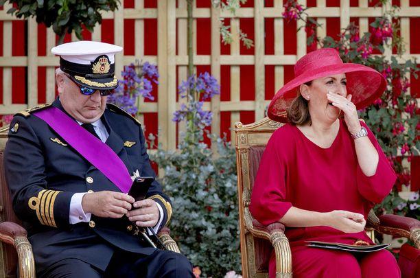 Prinssi Laurent ja hänen brittisyntyinen vaimonsa prinsessa Claire kansallispäivän juhlallisuuksissa Brysselissä sunnuntaina. Prinssi Laurent ei malttanut tälläkään kertaa keskittyä tapahtumien kulkuun, vaan räpläsi puhelintaan.