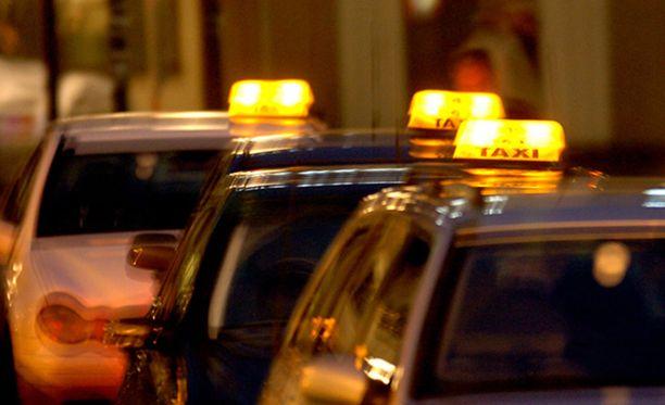 Asiakkaat voivat saada heille kuuluvat Kela-korvauksen jälkikäteen reklamoiden, jos he joutuvat käyttämään jonkin muun taksitoimijan kuin tilausvälityskeskuksen palvelua.