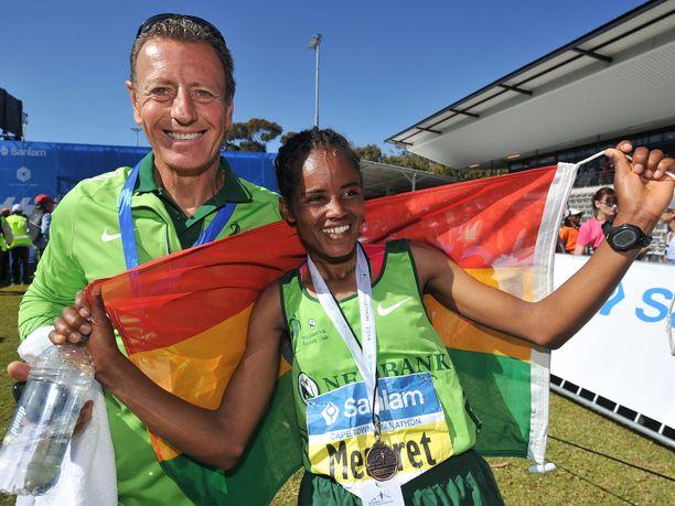 Etiopian Meseret Biru (oik.) juhli Nick Besterin kanssa Kapkaupungin maratonin voittoa vuonna 2014.