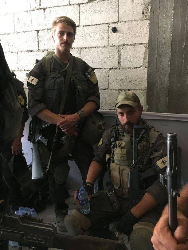Suomalaiset Arîel (vas.) ja Bagok ennen öistä operaatiota Raqqassa.