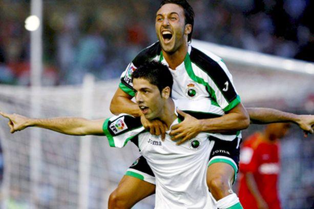 """KUMPI JUHLII? Kuvan tuuletuksen esittivät Juan """"Juanjo"""" Exposito (alla) ja Oscar Serrano Sevilla-ottelussa elokuun viimeisenä päivänä Santanderissa."""