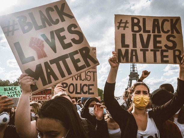 Black Lives Matter -mielenosoituksia on järjestetty lukuisissa suurkaupungeissa ympäri maailman, mukaan lukien Pariisissa.
