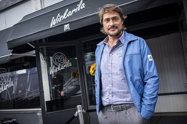 Teemu Selänne piipahti kesälomallaan Suomessa muun muassa Arttu Wiskarin pubin avajaisissa. Nyt eläköitynyt kiekkoilija markkinoi uutta englanninkielistä elämäkertaansa Pohjois-Amerikassa.