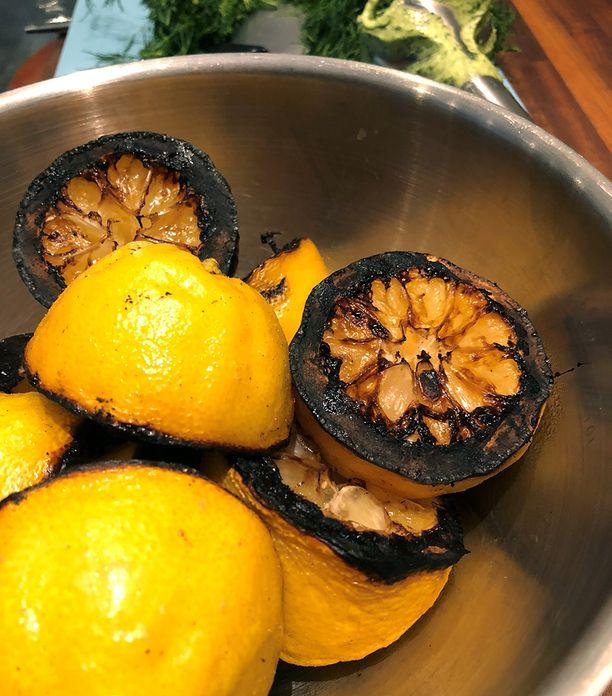 Grillattuista sitruunoista puristettu mehu irtoaa helposti.