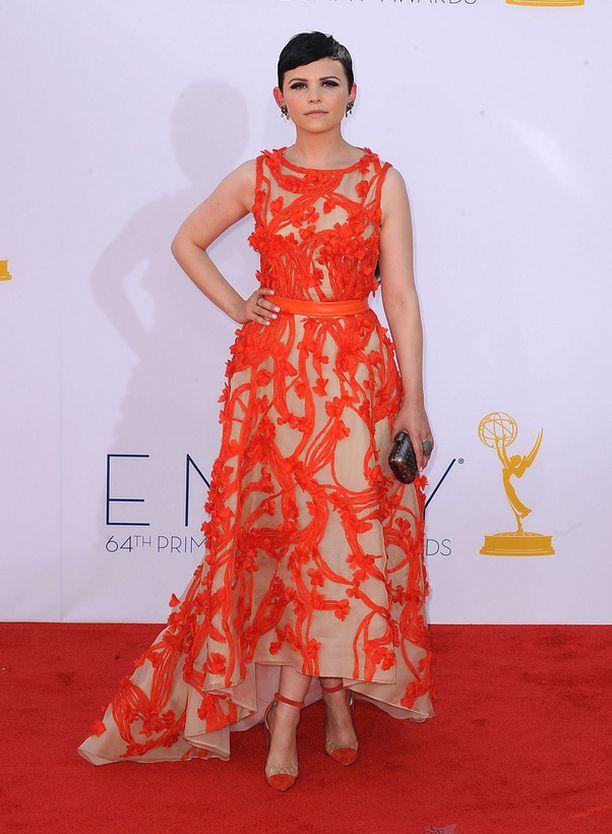 Ginneferin Emmy-puku oli illan erikoisimpia.