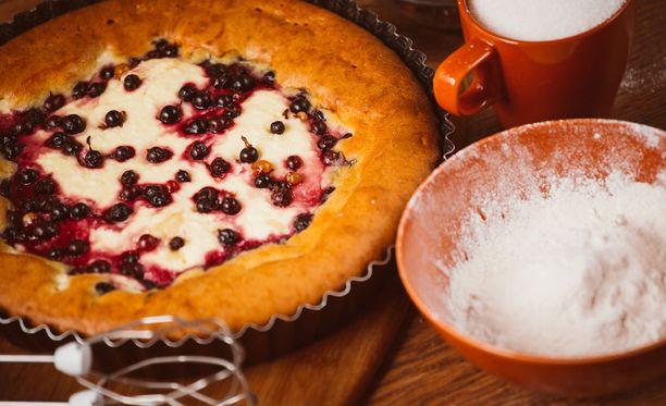 Jos piirakkavuoka on unohtunut voidella, voi kakun tarjoilla suoraan vuoastakin.