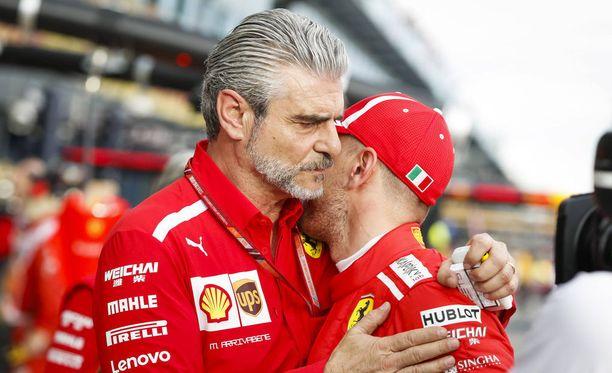 Maurizio Arrivabene otti Sebastian Vettelin lämpimään syleilyyn.