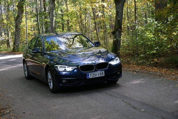 1,5-litrainen turbomoottori kuljettaa täyskokoista bemaria iloisen reippaasti, mutta samalla bensiiniä palaa luvattoman paljon.