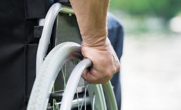 Huitsi, joka toimi nelikymppisen monisairaan miehen avustajana, surmasi uhrinsa 66 teräaseen pistolla. Mies istui pyörätuolissa. Kuvituskuva.