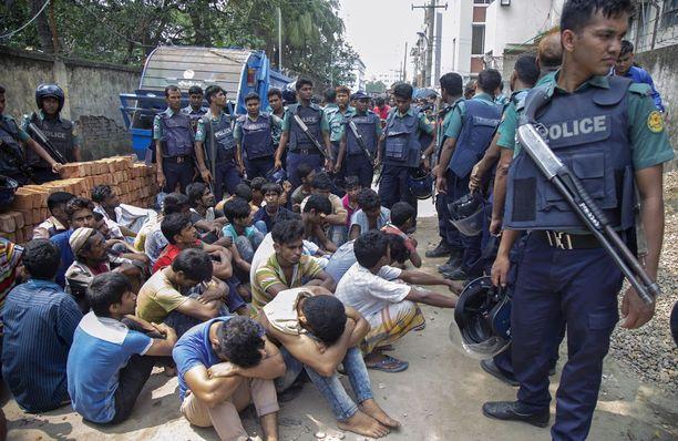 Dhakan poliisi pidätti maanantaina useita ihmisiä, joita epäillään huumeiden käyttämisestä ja myymisestä.
