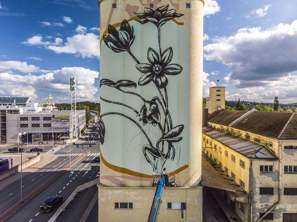 Salossa tehdään kaunis kukkamaalaus viljasiilon seinään. Italialaisen Fabio Petanin teos ulottuu valmiina rakennuksen kolmelle julkisivulle.