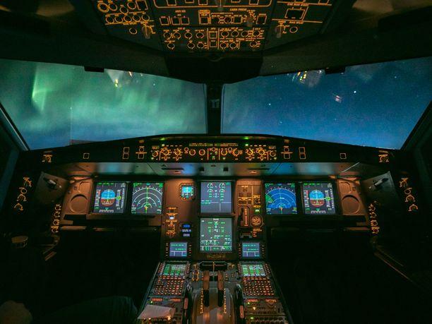 Näyttävät revontulet viihdyttivät lentäjiä Atlantin yllä vuonna 2017.