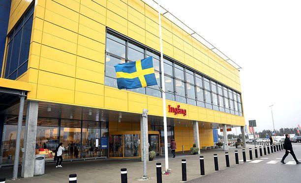 Ruotsin Ikea-kaupoissa järjestettiin suruliputus Kampradin kuoltua.