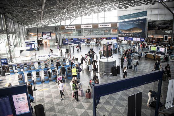 """Myös Suomen rajavalvonta on EU-komissaarin mukaan """"mennyt liian pitkälle"""". Kuvassa Helsinki-Vantaan lentoasema elokuussa."""