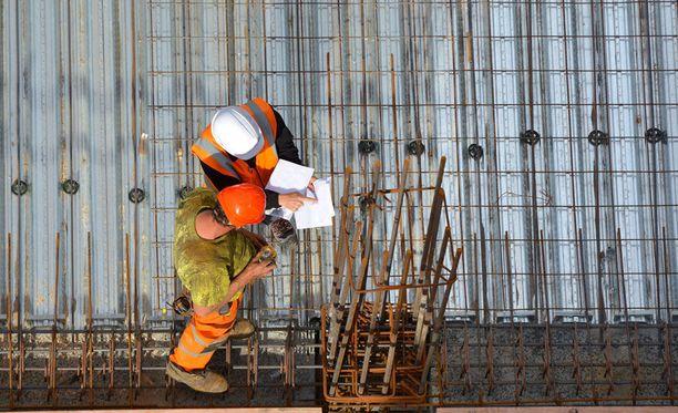 Rakennusalalla on työpaikkoja Hämeessä.