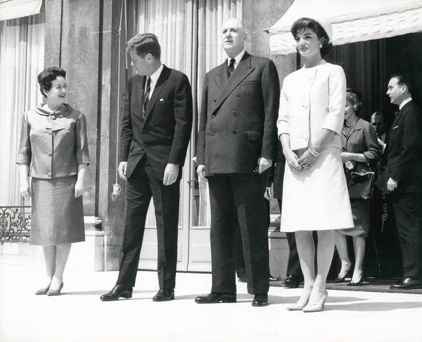 Presidentti Kennedy ja hänen vaimonsa Jacqueline Pariisissa ranskalaisen kollegan Charles de Gaullen ja hänen puolisonsa Yvonnen kanssa.