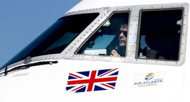 Bruce Dickinson Iron Maidenin yksityiskoneen ohjaimissa.