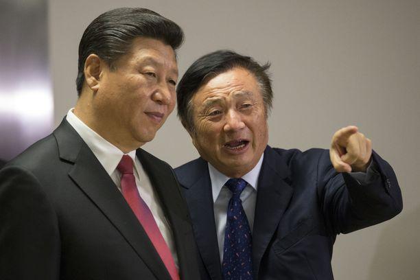 Kiinan presidentti Xi Jinping ja Huawein perustaja Ren Zhengfei Huawei Technologiesin toimistolla Lontoossa vuonna 2015.