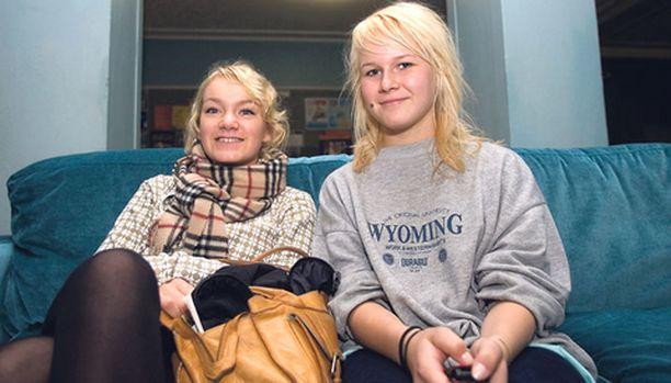 Yhdeksäsluokkalaiset Henriikka Laakso (vas.) ja Inka Liukkonen sanovat, ettei tyttöjä palkita positiivisuudesta – sitä pidetään itsestään selvänä.