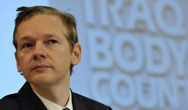 WikiLeaksin perustaja Julian Assange käy läpi Tiitisen listaksi väitettyjä dokumentteja.