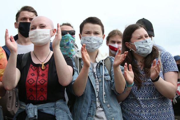 Koronavirus on tuonut kasvomaskit myös mielenosoituksiin.