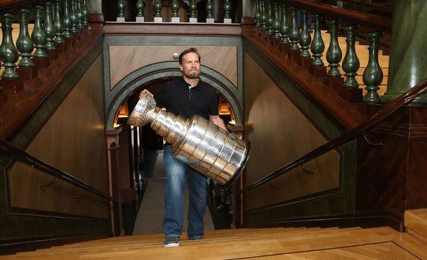 Kimmo Timonen toi Stanley Cupin myös Kuopion kaupungintalolle, jossa hän piti tiedotustilaisuuden.