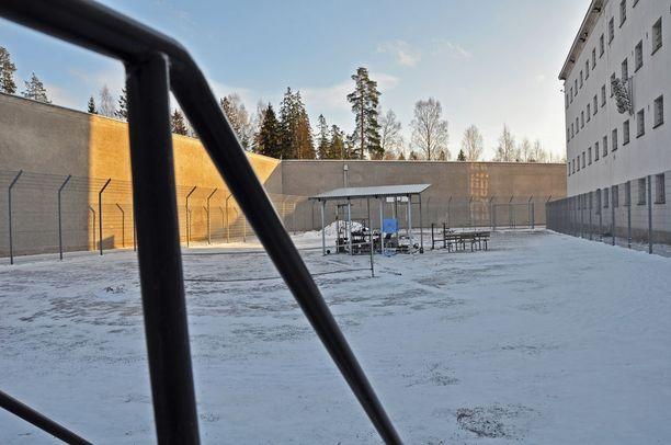 Vankilan ulkoilualueella vangeilla on mahdollisuus esimerkiksi nostella puntteja.