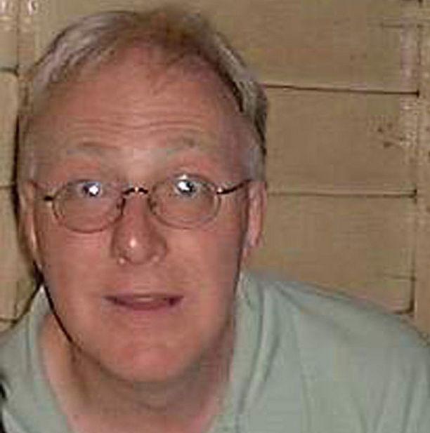 Interpol epäilee tämän miehen käyttäneen hyväkseen useita pikkupoikia.