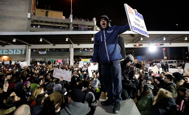 New Yorkissa JFK:n lentokentällä ihmiset protestoivat presidentti Donald Trumpin määräyksiä vastaan.