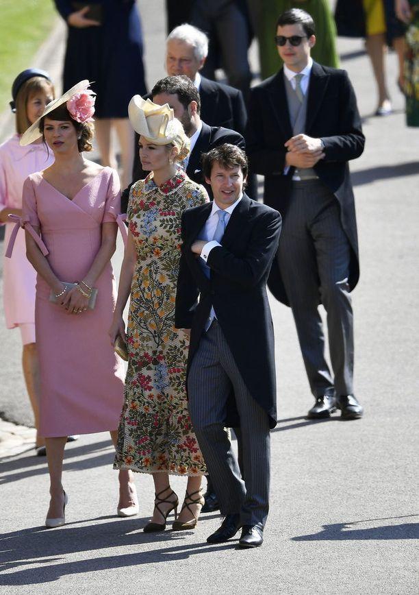 Brittiläinen laulaja James Blunt saapui häihin hymyilevänä vaimonsa kanssa.