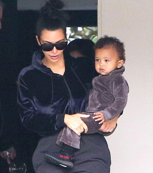 Kim Kardashian perheineen sunnuntaina. Sylissä Saint West.