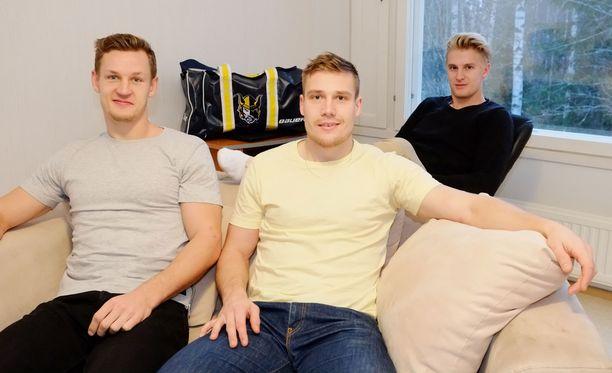 Teemu Tallberg (vas.), Nestori Lähde ja Henrik Koivisto kertovat, että yhteiselo on sujunut hyvin noin sadan neliön asunnossa.
