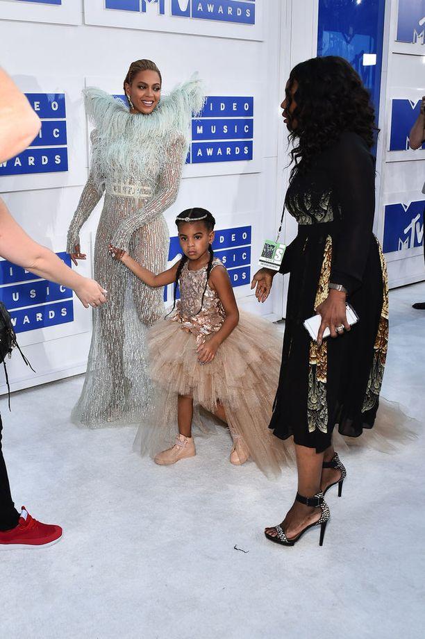 Ivy Blue edusti äitinsä kanssa myös vuoden 2016 MTV Video Awardseissa.