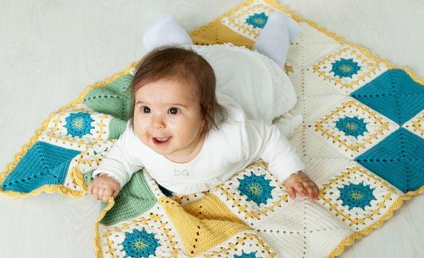Martat puhalsivat yhteen hiileen ja saivat aikaan 4200 tällaista vauvanpeittoa.