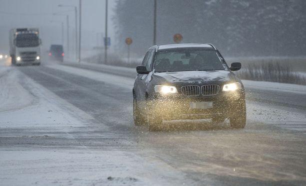 Ajokeli on tänään huono eri puolilla maata niin lumi- tai räntäsateen, jäätävän tihkun kuin sohjon takia.