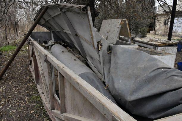 """Kemiallisia aseita valmistaneen """"tehtaan"""" pihapiirissä lojui muun muassa tämä raketti ja useita arkkupakastimia, joissa oli jätevettä ja rautaromua."""