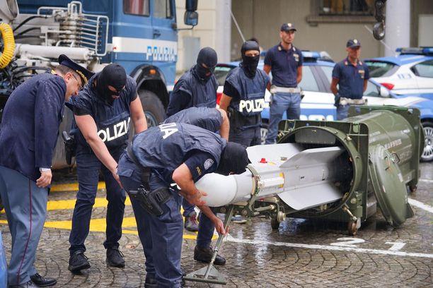 Italian poliisin erikoisjoukot tutkivat ilmaohjusta, joka löydettiin äärioikeiston vastaisessa operaatiossa Torinossa.
