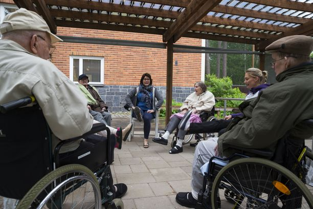 Vanhusten hoivapalveluissa on jatkuva kysyntä esimerkiksi lähihoitajista.