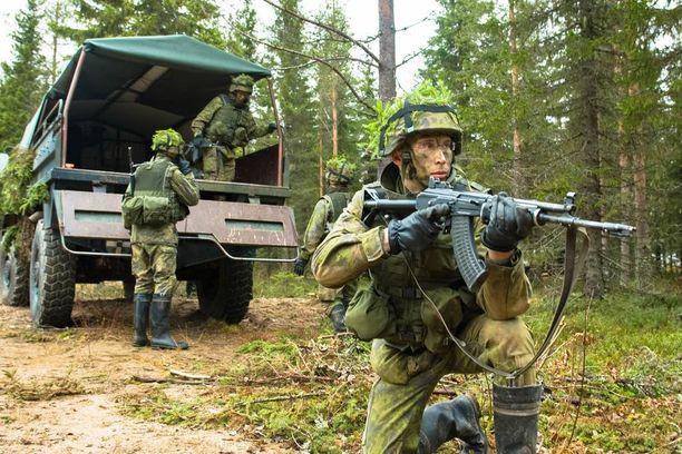 Vihdin poliisisurmassa käytetty ase oli Suomen puolustusvoimien käyttämä RK 62 -rynnäkkökivääri. Kuvan henkilöt eivät liity juttuun.