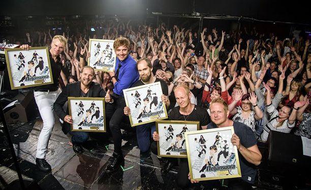 Neljänsuora vastaanotti kultalevyn yhdessä entisen yhtyeen entisen jäsenen, Esko Mäen kanssa.