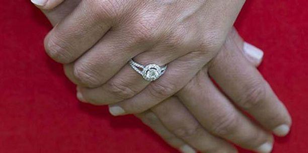 Sofian timanttisen kihlasormuksen on uumoiltu olevan platinaa tai valkokultaa.