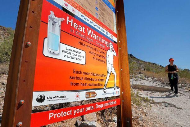 Kyltit varoittivat äärimmäisestä kuumuudesta vaellusreitillä Piestewa Peakilla, Yhdysvaltain Phoenixissa.
