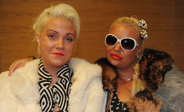 Julia ja Johanna Tukiainen vuosi sitten oikeudessa.