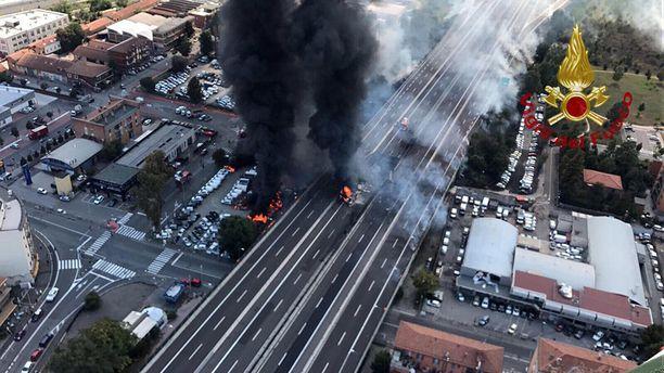 Bolognan palolaitoksen julkaisemassa ilmakuvassa näkyy, että moottoritien alle parkkeeratut autot ovat syttyneet tuleen.