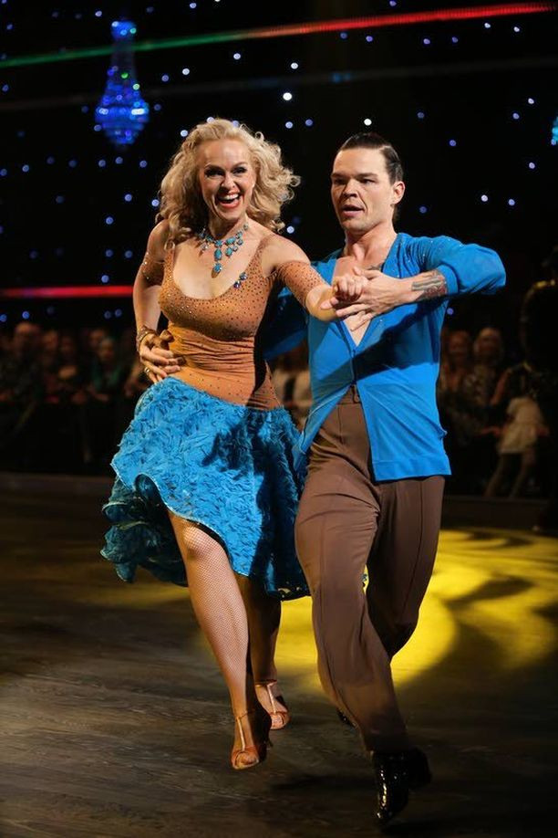 Anu ja Jani tanssivat samban.