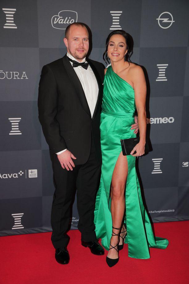 Maria Huntington saapui Urheilugaalaan upeassa vihreässä mekossa ja nyörikengissä. Mukana oli oma poikaystävä.