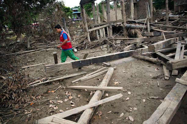 Myanmarin Punaisen Ristin vapaaehtoinen Tun Tun Naign, 22, tutkii vaurioita Kyaukkan kylässä. Punainen Risti on kiertänyt tulva-alueita heinäkuun lopusta saakka, auttanut evakuoinneissa ja jakanut muun maussa telttoja, pressuja, työkaluja ja vedenpuhdistustabletteja.