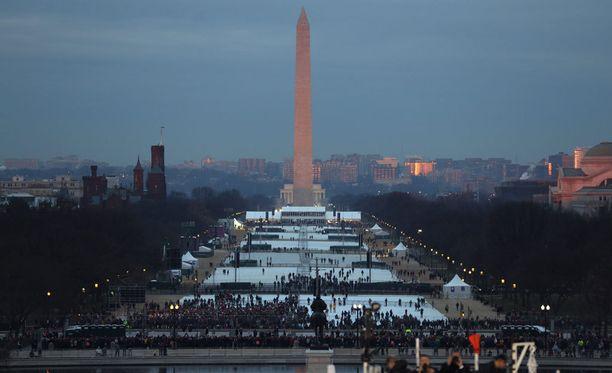 Ihmisiä on jo saapunut Capitolin edustalle seuraamaan virkaanastujaisia.