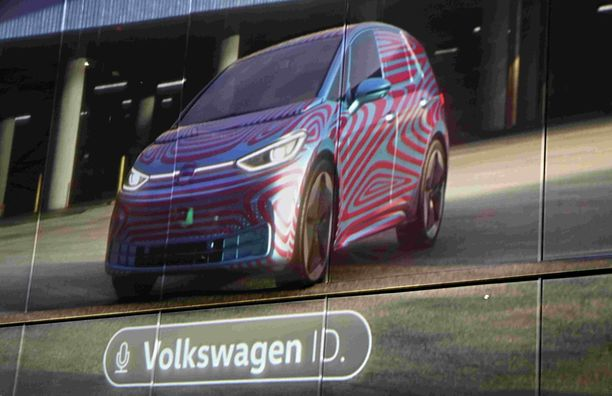 Tässä kuvassa ID.3 esittäytyy vielä vahvasti naamioituna. Frankfurtin autonäyttelysså auton tuotantomallin paljastetaan.