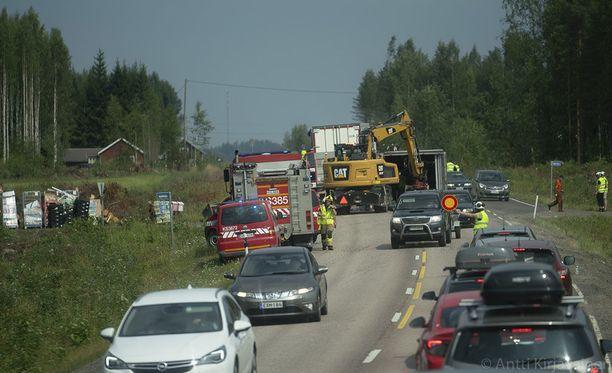 Liikenne Nelostiellä on ruuhkautunut.